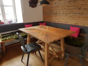Alholzwand und Tisch
