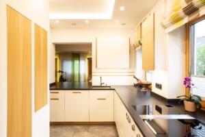 moderne Küche in weiß mit UlmeSchreinerei Sedlmeier Rott am Inn