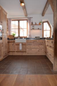 Altholz Küche Nero Asoluto Steinplatte