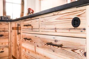 Altholz Küchedurchlaufende Holzmaserung