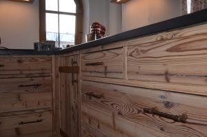 Altholz Küche - durchgehendes Holzbild